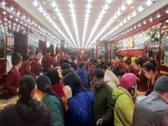 Đầu giờ sáng: Khách rồng rắn xếp hàng mua vàng lấy lộcngày Vía Thần tài tại Kim Tín