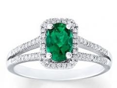 Cách lựa chọn nhẫn đính hôn gắn đá quý lục bảo ngọc