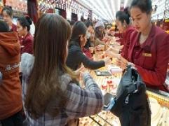 Càng về tối, lượng khách đổ về Kim Tín càng nhiều